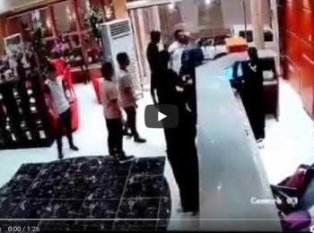 """بالفيديو : نزيل """"ملتحي"""" يضرب موظفة فندق بجازان .. والأخيرة توضح : """" طلب مني الصعود معه للغرفة"""" !"""