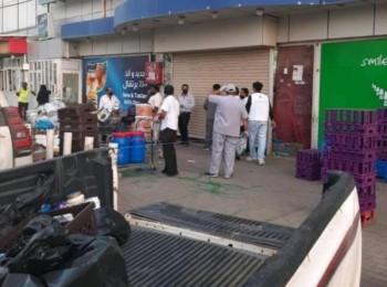مواد غذائية منتهية وحشرات وقوارض وراء إغلاق مركز تسويق شهير بجازان