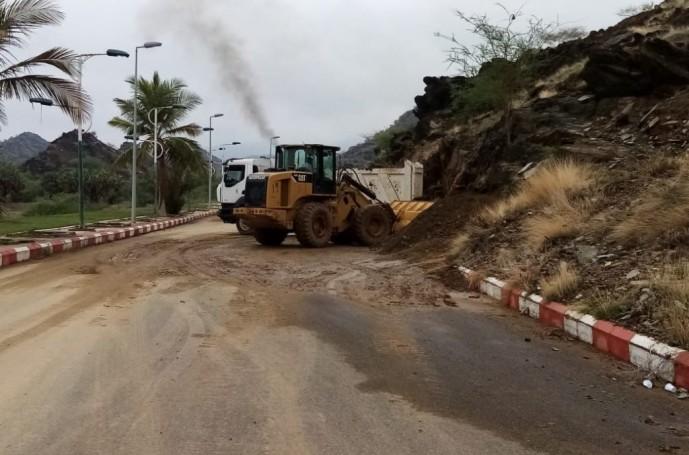 بلدية مركز الحقو تواصل جهودها لإزالة آثار الأمطار الغزيرة التي شهدها المركز – صور