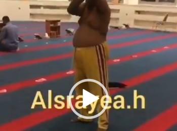 شاهد وافد هندي يخلع ملابسه ويؤدي حركات غريبة داخل مسجد