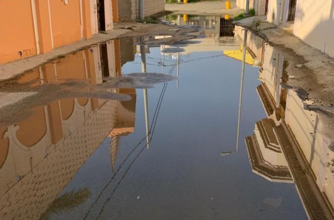 مركز الحقو : المياه تُغرق شوارع أحد الأحياء بعد كسر في أنبوب التحليه وتركه دون إصلاح