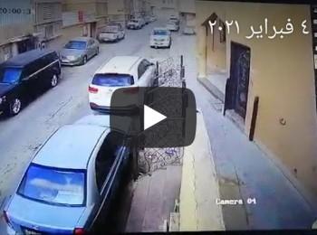 """كاميرا مراقبة ترصد """"لص"""" محترف يسرق من شنطة سيارة متوقفة – فيديو"""