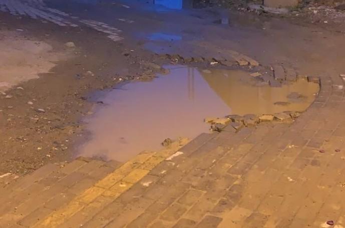 مركز الحقو : تسريبات مياه تقتل الشوارع ومستنقعات تحمل الأوبئة ومطالبات بوضع حلول عاجله – صور