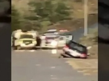 شاهد لحظة إنقاذ سيدة وطفلتها بعد سقوط مركبتها في مجرى السيل – فيديو