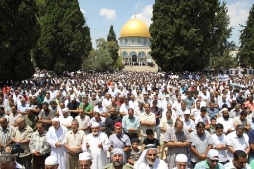 """""""إسرائيل"""" تعتدي على المصلين في """"الأقصى"""" وتعتقل حارسيْن"""