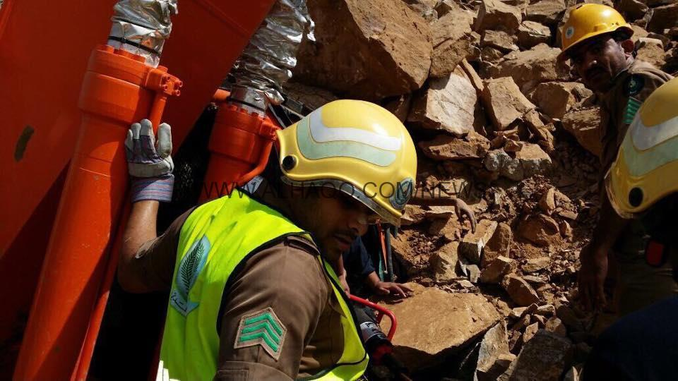 استخراج جثة عامل يمني من تحت أنقاض جبل بأحد المسارحة