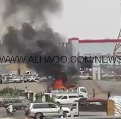 شاهد.. سائق شاحنة شجاع يُخرج مركبةً مشتعلة من وسط سوق صبيا