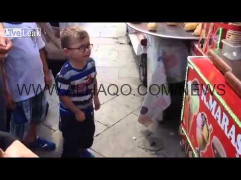 فيديو: طفل يفقد أعصابه بسبب بائع آيس كريم