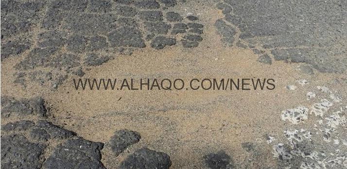 بالصور..أهالي شطيفية جازان يصلحون طريق قريتهم على نفقتهم بعد رفض البلدية إصلاحه