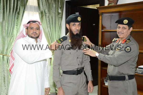"""اللواء بشير بن هلال العصيمي يقلد """"حبيب"""" رتبة """"رئيس رقباء"""" بشرطة جازان"""