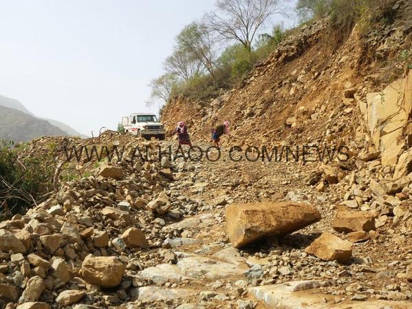 مياه الأمطار والصخور المنهارة تحاصر قرى هروب بجازان