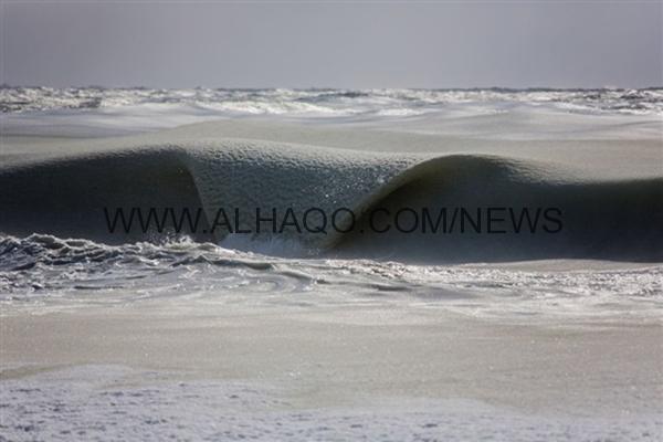 صور: لحظة تحول أمواج المحيط الأطلسي إلى ثلج