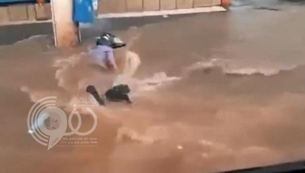 فيديو: مياه الفيضانات تحاول ابتلاع شاب نجا منها بأعجوبة