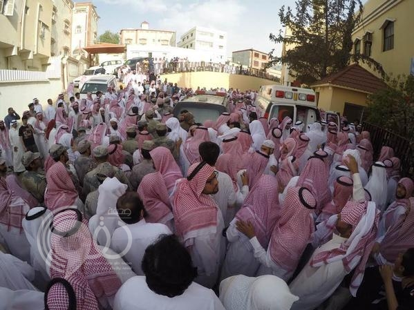 """بالصور.. الصلاة على """"الشهيد المالكي"""" ودفنه في مشهد مهيب"""