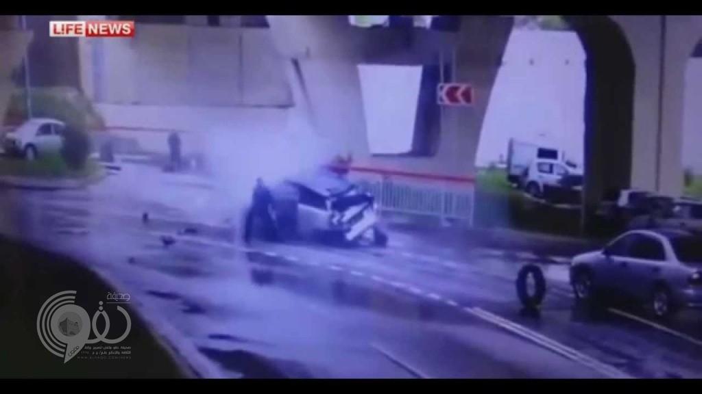 فيديو: سائق ينجو من الموت بأعجوبة بعد سقوط سيارته من ارتفاع 20 مترًا