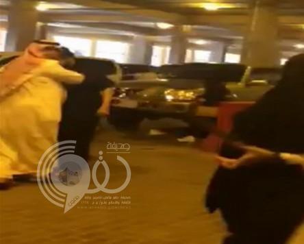 بالفيديو.. مضاربة بين شابين في موقف جامعة الإمام وسط صراخ الطالبات