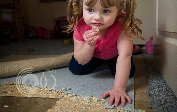 صور: طفلة في الرابعة تأكل أثاث المنزل ورقائق الأسمنت بدلًا من الشيبسي