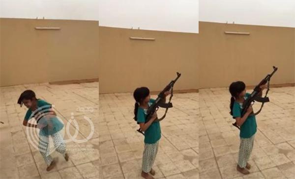 فيديو: طفلة تطلق النار من سلاح رشاش وكادت أن تصيب المصور