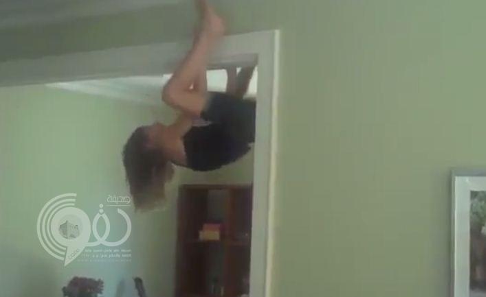 فيديو: طفلة تتمتع بمهارات سبايدر مان