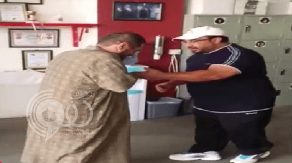 فيديو: رد فعل مقعد استطاع الوقوف والمشي بعد سنوات