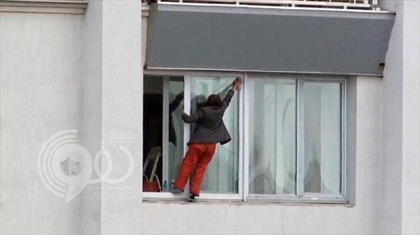 فيديو: إمرأة أوكرانية تخاطر بحياتها لتنظيف شبابيك منزلها
