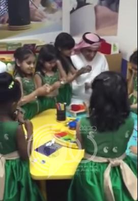 """بالفيديو..وزير التعليم يشارك طالبات روضة لعبة """"الصلصال"""""""