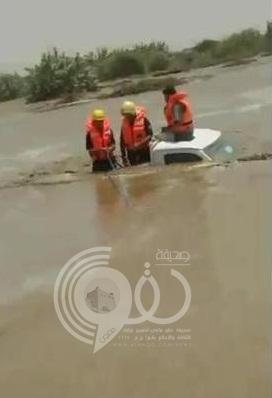 مدنى ضمد ينجح فى إنقاذ سائق «دباب» جرفته السيول
