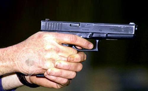 """القبض على """"موظف"""" هدّد والدته وشقيقته بالأعيرة وبادل الأمن إطلاق النار"""