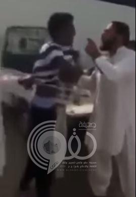 بالفيديو .. لص يهدد عمالاً باكستانيين بمسدس معطوب فيقبضون عليه ويسلمونه للشرطة