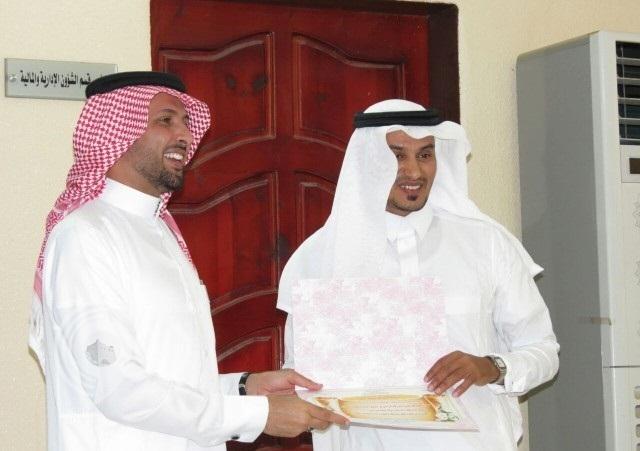 مدير مكتب التعليم بالعارضة يكرم المشرفين والإداريين