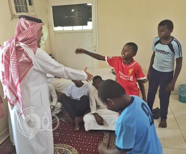 """بالصور.. وزير التعليم يعزي في الطفل الذي قُتل بمقذوفات """"الحوثيين"""" على الحد الجنوبي"""