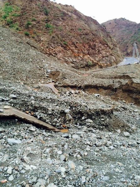 انهيارات عقبة الهواية بالريث تجبر السكان على قطع 300 كم بدلاً من 50