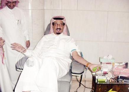مغردون يتداولون صوراً للملك سلمان وهو يتبرع بالدم بمناسبة يوم التبرع العالمي