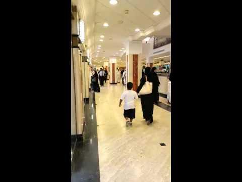 بالفيديو.. الحرس يحاول إبعاد طفل أراد السلام على خادم الحرمين.. والملك سلمان: خلوه