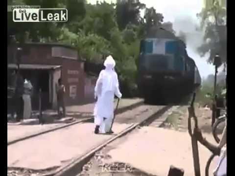 فيديو: رجل عجوز متهور يقف في وجه قطار مسرع!