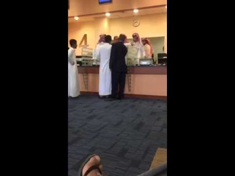 بالفيديو.. عراك بالأيدي بين مراجع وموظف استقبال في مستشفى المملكة