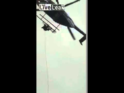 شاهد: لحظة سقوط شرطي مكسيكي من مروحية واصطدامه بالأرض
