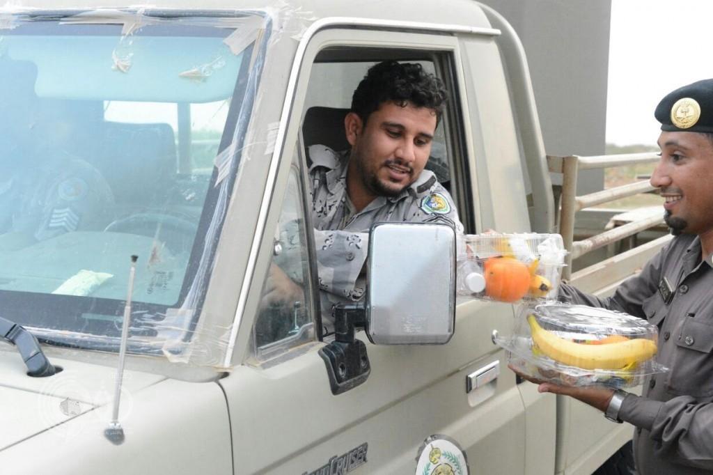 رجال شرطة جازان يوزعون الإفطار على مرابطي الحد الجنوبي