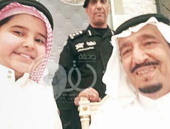"""صورة .. الملك سلمان يحقق رغبة طفل بالمدينة المنورة في التقاط """"سيلفي"""" معه"""