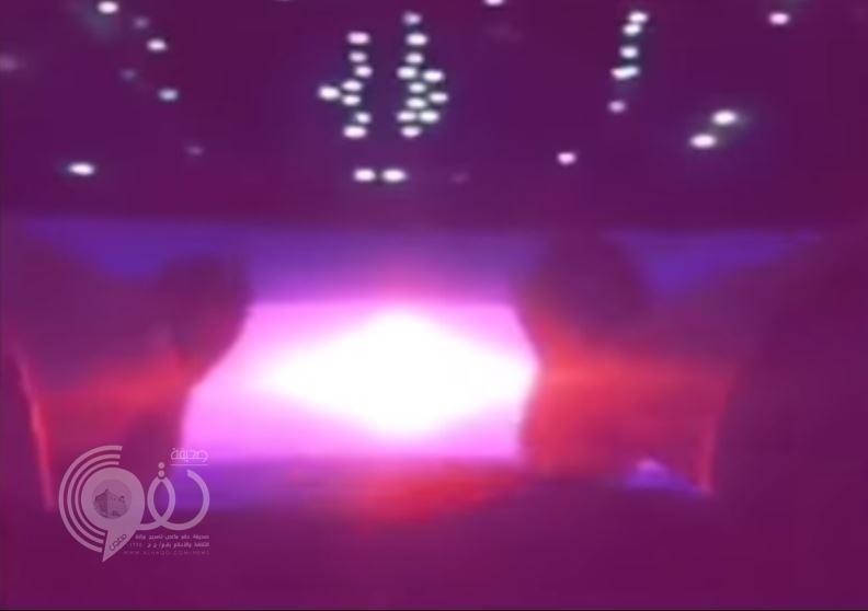 """بالفيديو.. شاب سعودي يتناول الإفطار أعلى """"برج المملكة"""".. وقدماه متدلاة في الهواء"""
