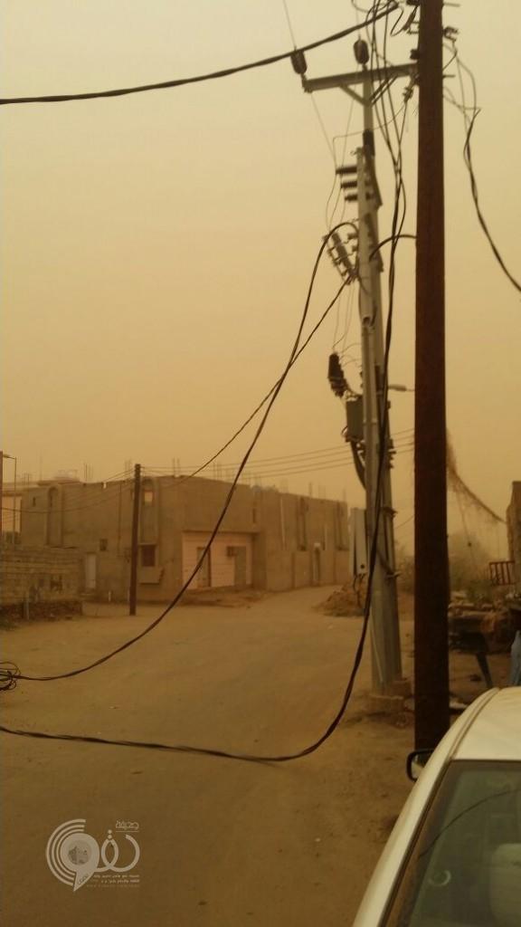 بالصور .. موجة الغبار تسقط عداد كهرباء بالعيدابي بمركز الحقو