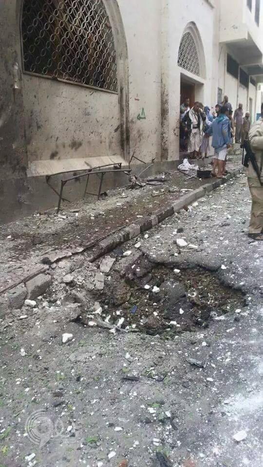 بالصور.. مقتل 3 وإصابة 10 آخرين في انفجار سيارة مفخخة أمام مسجد بصنعاء