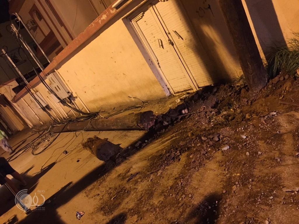 سيارة توزيع تسقط عمود كهرباء بمركز الحقو