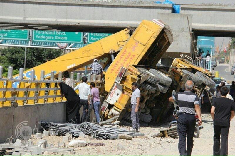 """سقوط رافعة في شارع نيابش ب """"طهران"""".. والإعلام الحكومي يتكتم على الحادث"""
