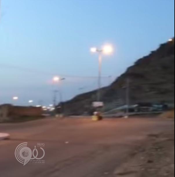 """مواطن يوثق بالفيديو عبث المارة بعدّاد إنارة طريق جبل""""ماغص"""" وبلدية الحقو تتوعد العابثين"""