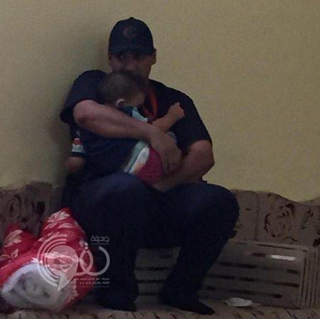 صورة مؤثرة لمسعف يحتضن طفلاً توفي والداه في تدافع مشعر منى