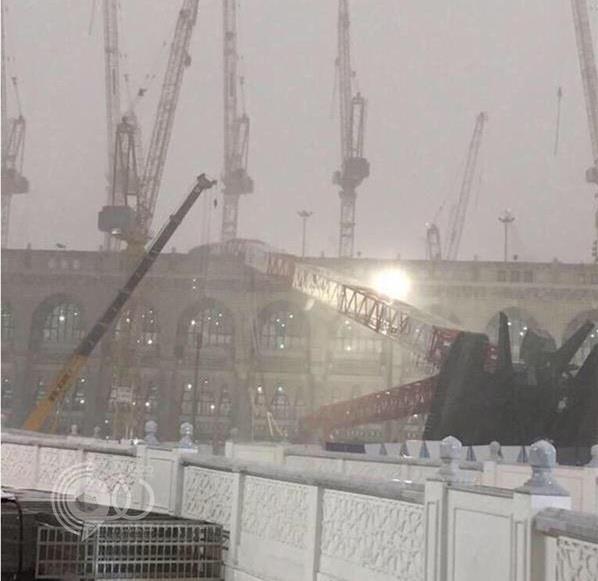 فيديو للحظة سقوط رافعة الحرم.. وفرار الزوار وتدافعهم وهم يرددون الشهادة