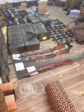 حادثة قتل تكشف مخزن أسلحة معدة للبيع (صور)