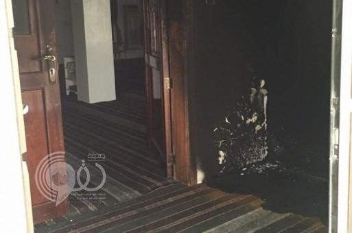 بالصور : مجهولون يعتدون على مسجد في الأحساء ويشعلون النيران في مدخله !
