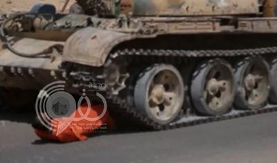 بالفيديو.. داعش يعدم عنصراً من نظام الأسد دهساً تحت جنازير الدبابة